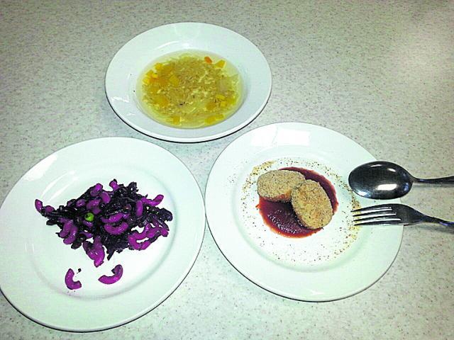Блюда. В меню — суп, наггетсы и салат с пастой и свеклой. Фото: А. Курцановская