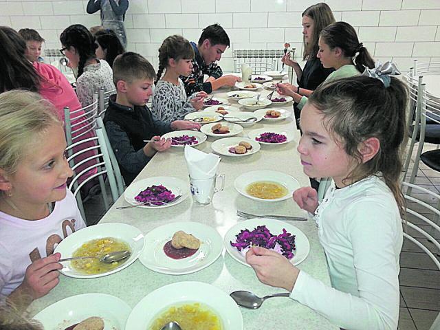 Тестируют. Школьники во время обеда оценили новые рецепты. Фото: А. Курцановская