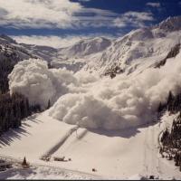 На Драгобрате лыжник чудом избежал снежной лавины. Видео