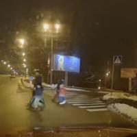 Женщины с маленькими детьми решили перебежать 6-полосную дорогу в Киеве. Видео