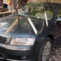 В Киеве мужчина рубил машины топором. Фото, видео