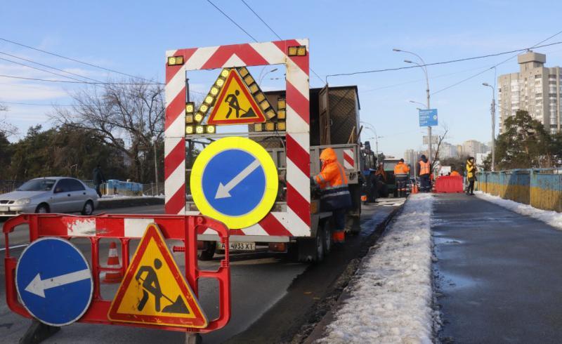 В Киеве частично провалился мост. Фото, видео