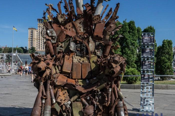 В центре Киева установили «Железный трон украинского востока». Фото