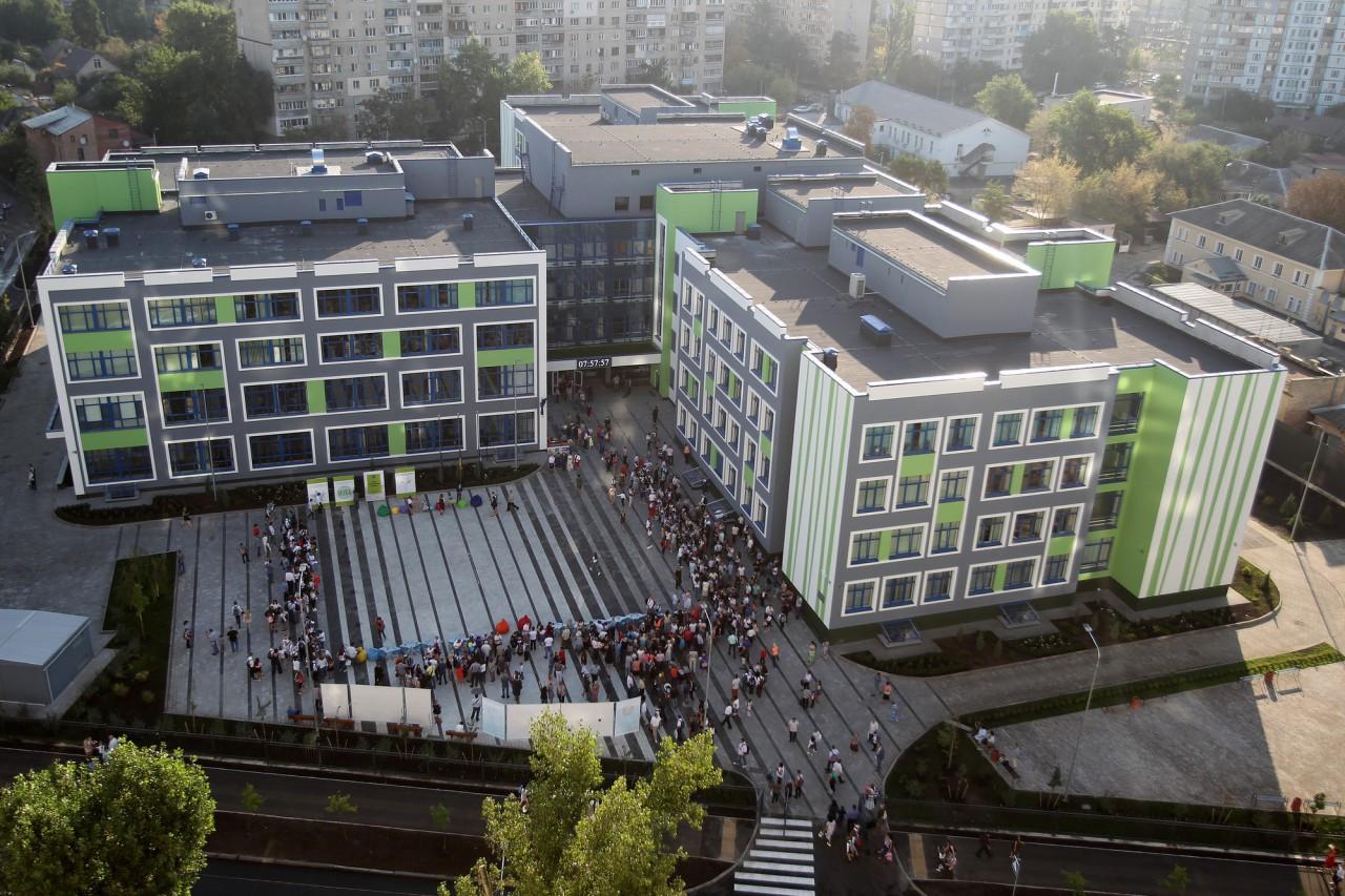 В Киеве открыли современную школу с тиром, бассейном и спальными комнатами. Фото