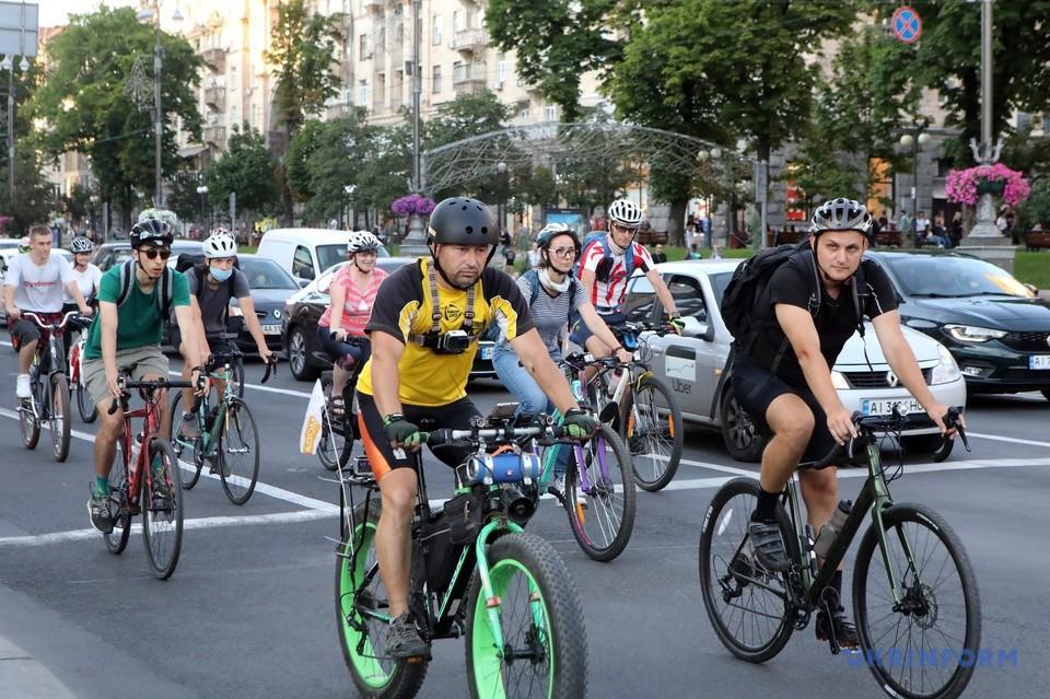 В Киеве велосипедисты вышли на мирную акцию и просили защитить их права на дорогах