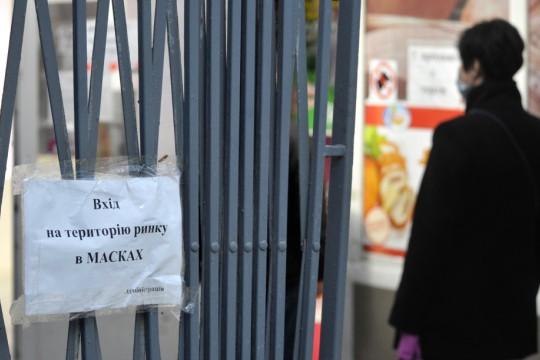 Без термометров, масок и дистанции: на рынках Киева нашли нарушения карантинных предписаний