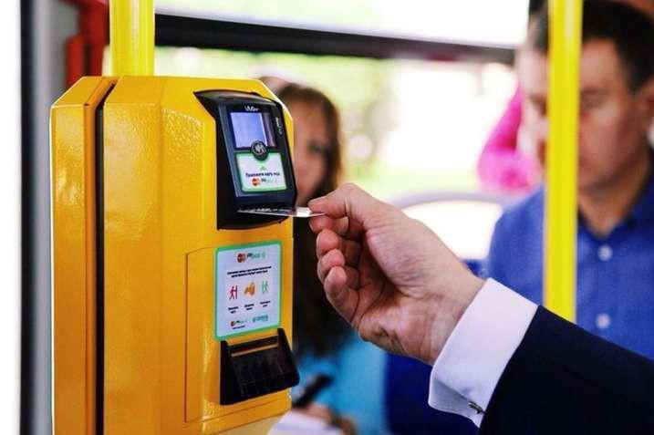В Киеве с октября запустят оплату за проезд банковской картой