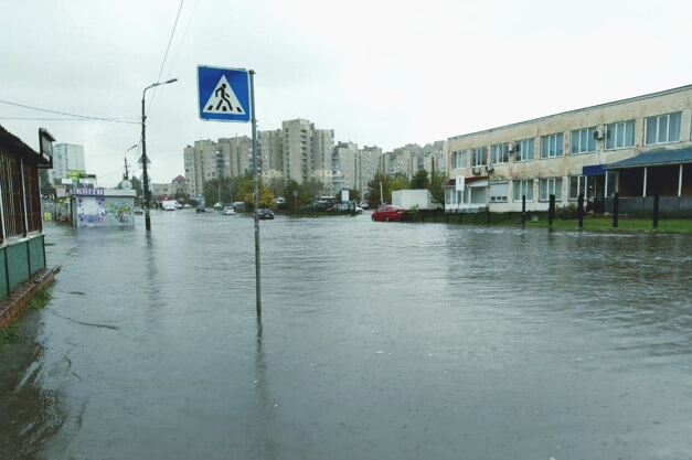 В Киеве из-за сильного ливня ряд улиц затопило и автомобили «плывут» по дорогам. ФОТО, ВИДЕО