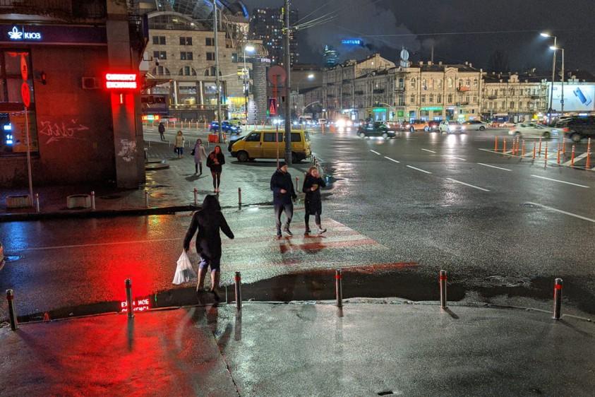 В Киеве водители несмотря на наличие парковочных столбиков умудряются незаконно парковать авто