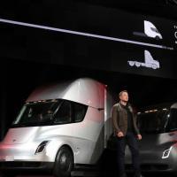 Tesla представила первый электрический грузовик