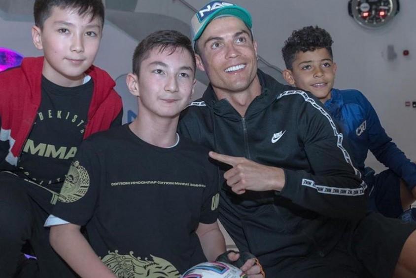 Роналду сыграл в футбол с мальчиком, у которого нет ног. ВИДЕО