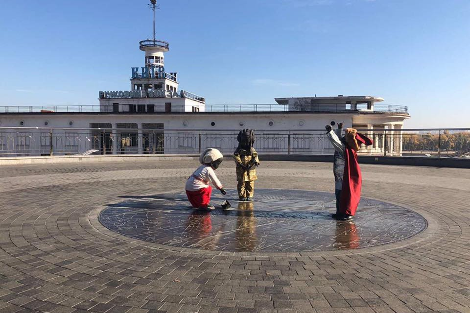 Скульптуры детей на Почтовой площади переодели в новые костюмы. Фото