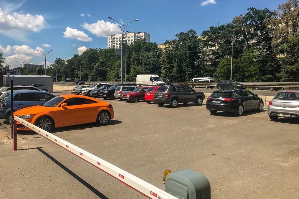 Стало известно, где в Киеве можно припарковать автомобиль в близости от метро