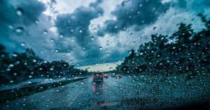 Как ездить по городу в плохую погоду: главные правила
