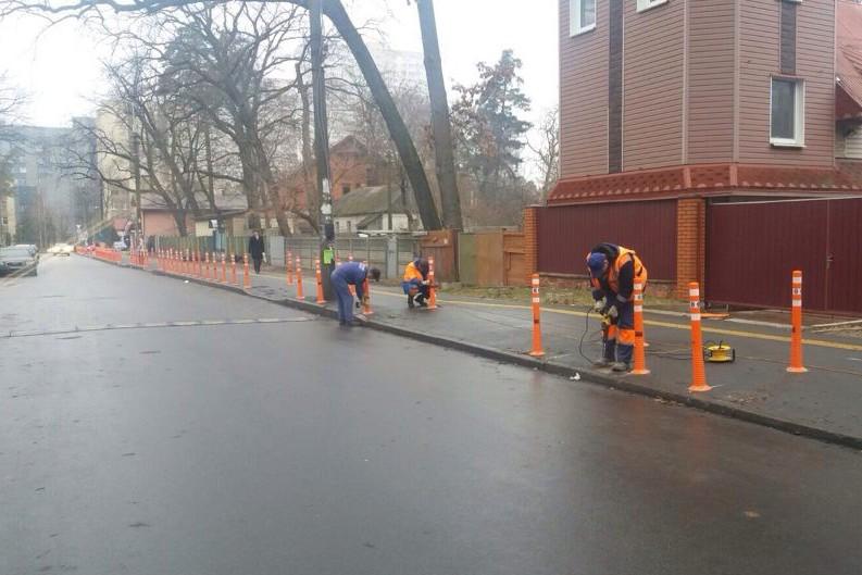 В Киеве решили дать бой стихийной парковке с помощью делиниаторов