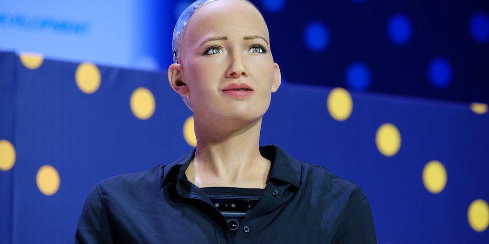 Робот София научилась ходить и танцевать. Но за разговоры ее раскритиковали