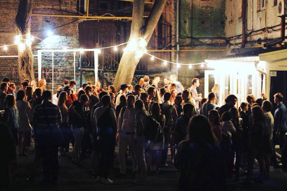 Сидр за 30 грн и качели: в киевском дворике открылся новый бар