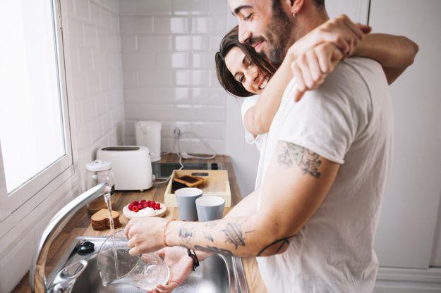 Исследование дня: чем больше мужчины моют посуду, тем чаще у них секс
