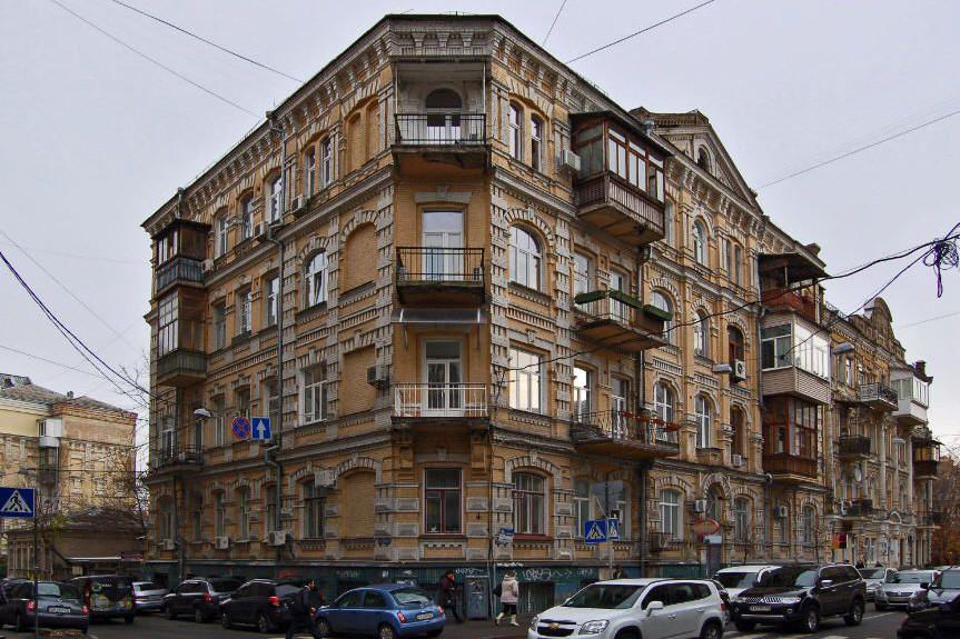 Улица Рейтарская: кофе с воронами, медовый месяц Булгакова и готическая больница