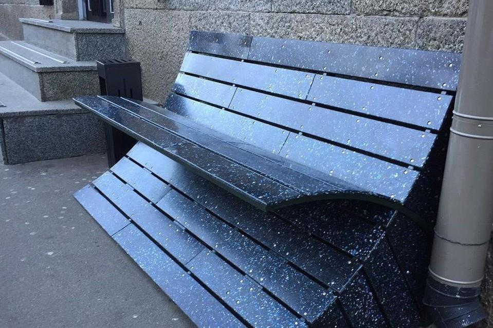 В Киеве установили эко-лавочку из пластиковых крышечек