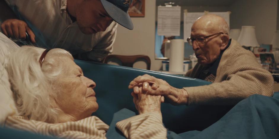 Трогательное видео дня: пожилая пара отмечает 80-ю годовщину свадьбы