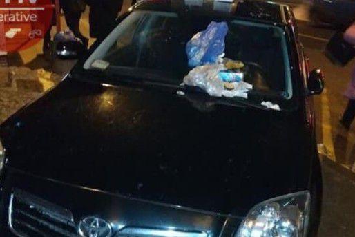 Мусор на капоте за неправильную парковку: в Киеве люди наказали автохама