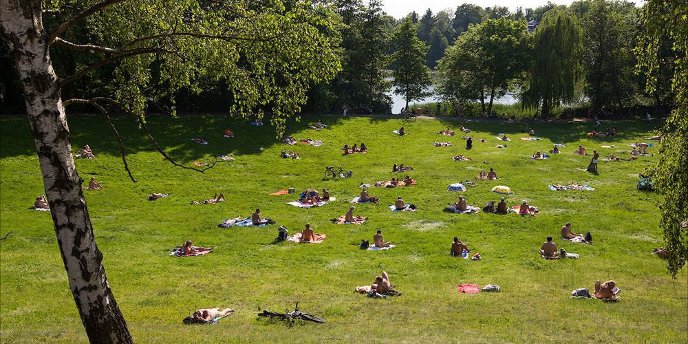 Не надо стесняться: в Париже появился парк для нудистов