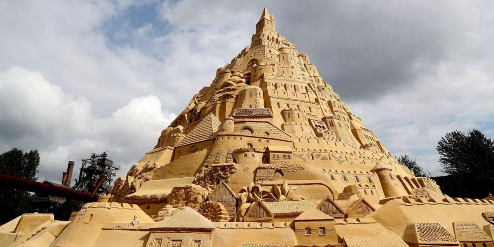 Как пятиэтажка: в Германии построили гигантский песочный замок