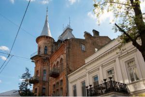 Ярославов Вал: крылатые демоны, крымские вина и шлейф французской атмосферы