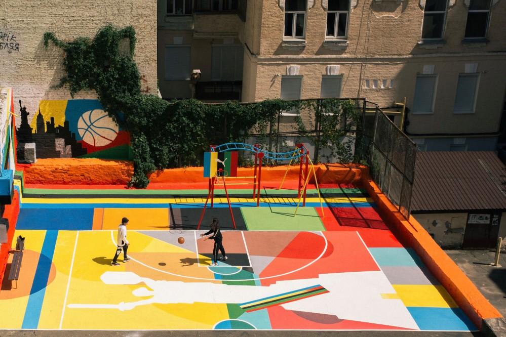 В центре Киева появилась красочная спортивная площадка на крыше дома. Фото