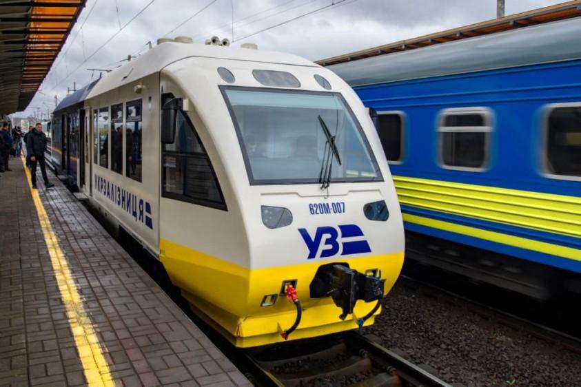 """""""Укрзализныця"""" запускает два дополнительных поезда ко Дню Независимости"""