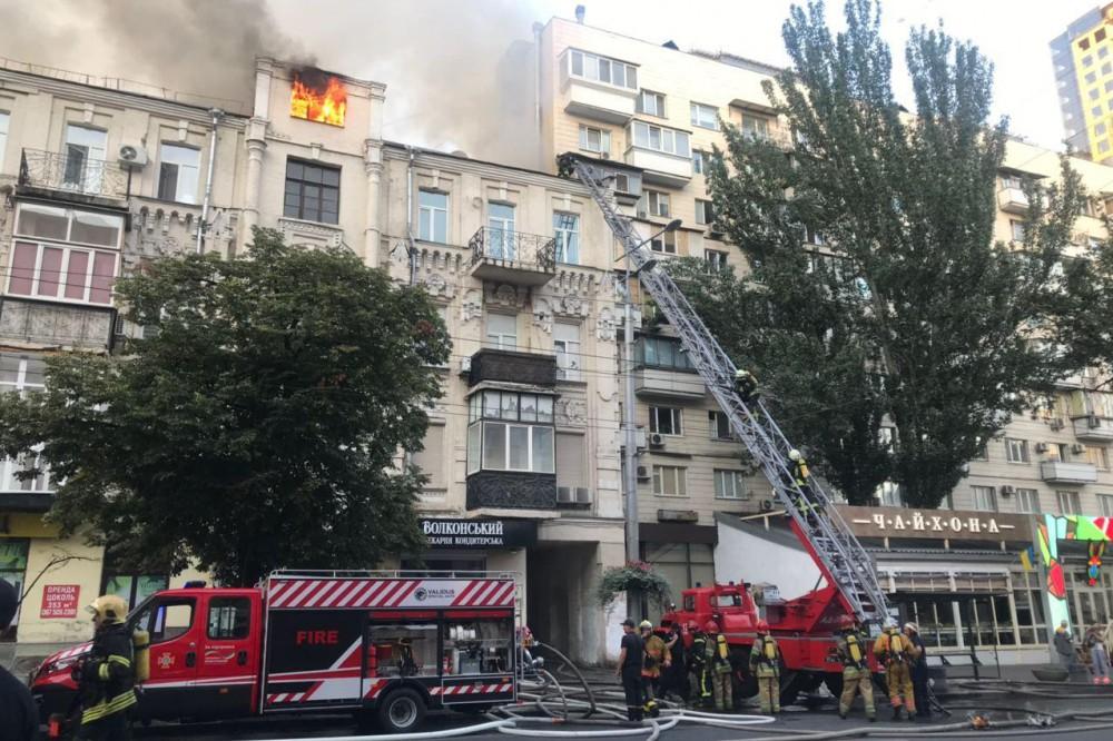 Масштабный пожар в центре Киева: горит дом возле костела Святому Николаю. Фото и видео