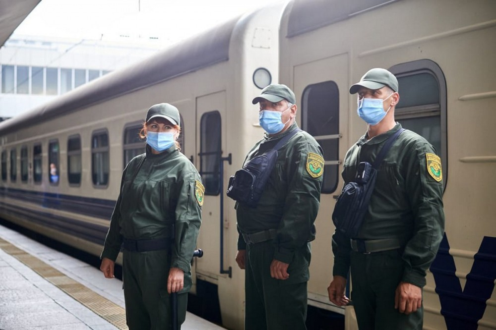"""""""Укрзализныця"""" запускает пилотный проект и назначает охрану на 10 поездов. Список"""