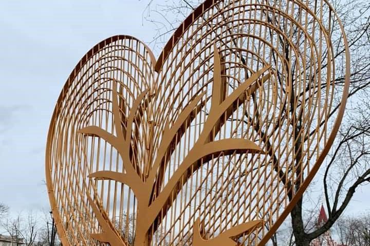 """В парке """"Аврора"""" появился новый арт-объект в виде сердца. Фото"""