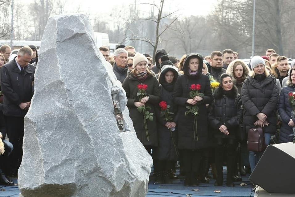 """В """"Борисполе"""" установили монолит в память о жертвах авиакатастрофы самолета МАУ. Фото и видео"""