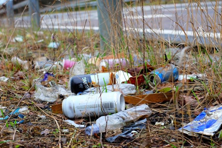 В Николаевской области штормовой ветер разнес большое количество мусора по воздуху. Видео