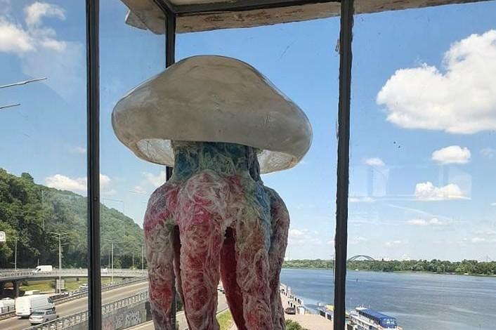 Продержалась сутки: на одной из станций киевского метро разбилась скульптура пластикой медузы