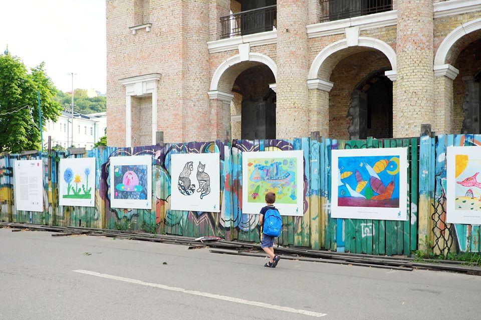 На Подоле открылась бесплатная выставка детских картин, которые создавались на карантине: фото