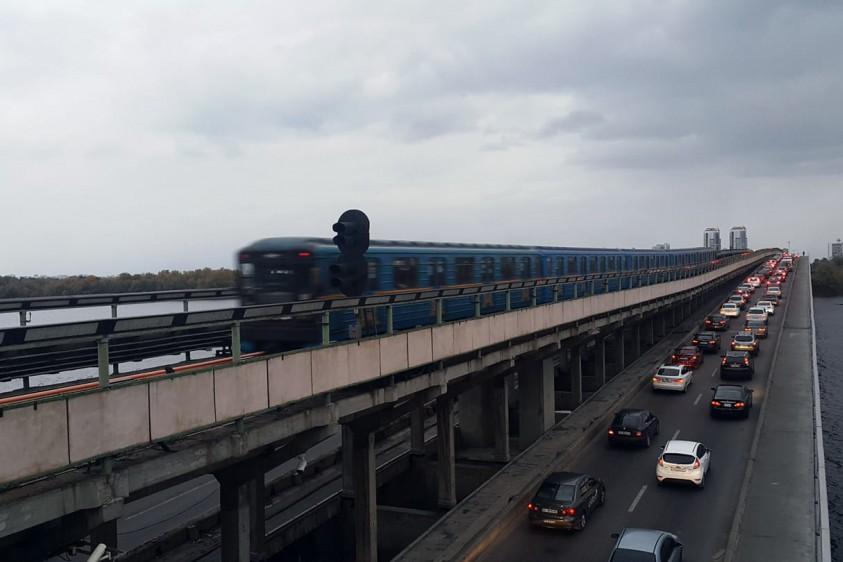 На одной из станций киевского метрополитена появился большой арт-объект из пластика: фото