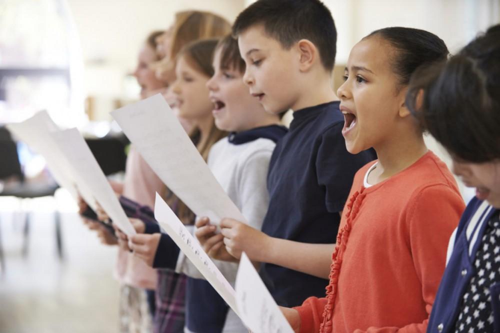 Все споют: киевских школьников обяжут петь гимн перед началом занятий
