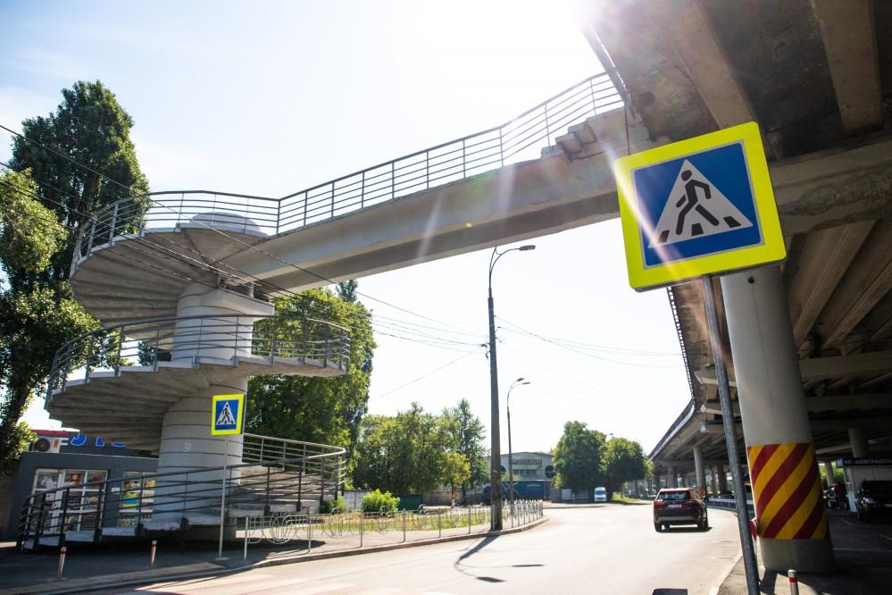 Возле шести станций киевского метро обустроят перехватывающие парковки: где работает и где появится