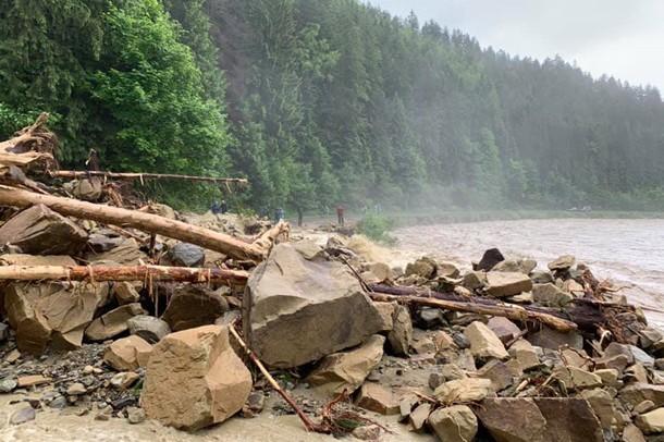 В Карпатах из-за ливней смыло дороги и мосты, а Буковель затопило