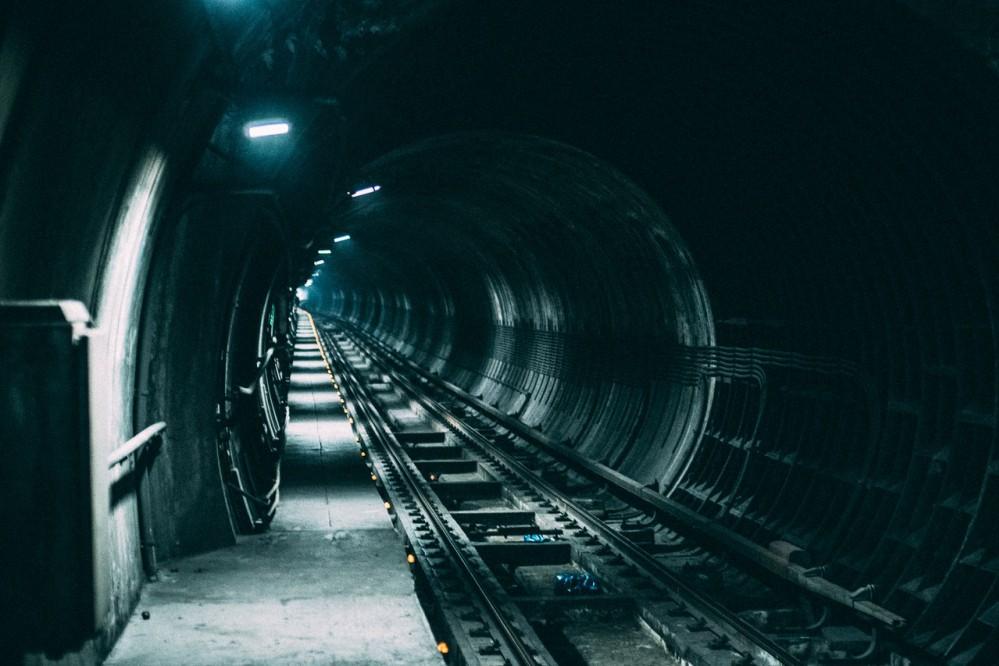 В киевском метро случилось происшествие: поезда на красной ветке остановили из-за мужчины в туннеле