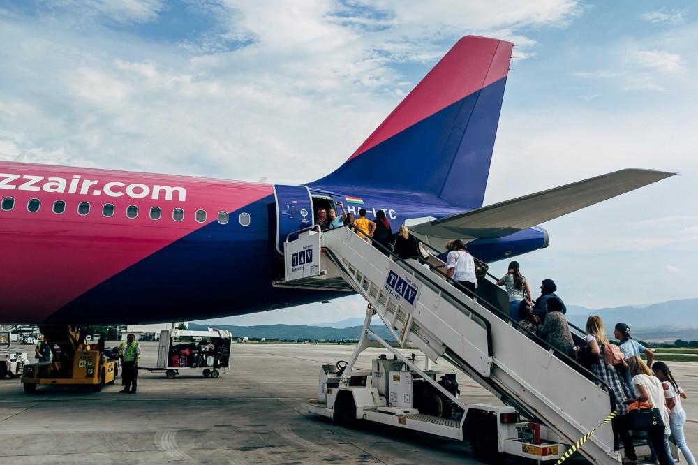"""Долой карантин: международный аэропорт """"Киев"""" возобновил регулярные пассажирские авиаперевозки"""