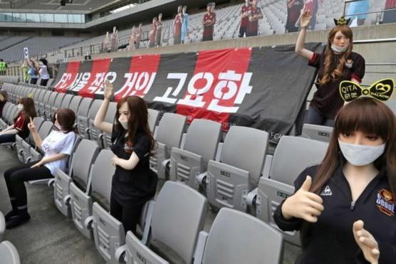 Южнокорейский футбольный клуб заполнил трибуны секс-куклами во время первого матча Национальной Лиги