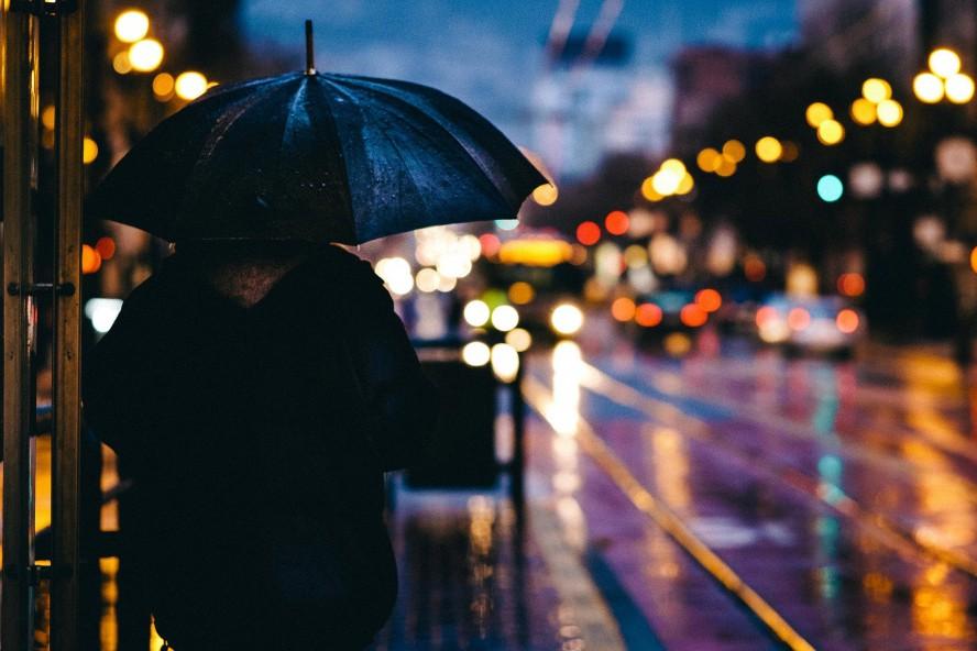 Погода на завтра: в Украине прогнозируют сильный ветер, грозу и мокрый снег