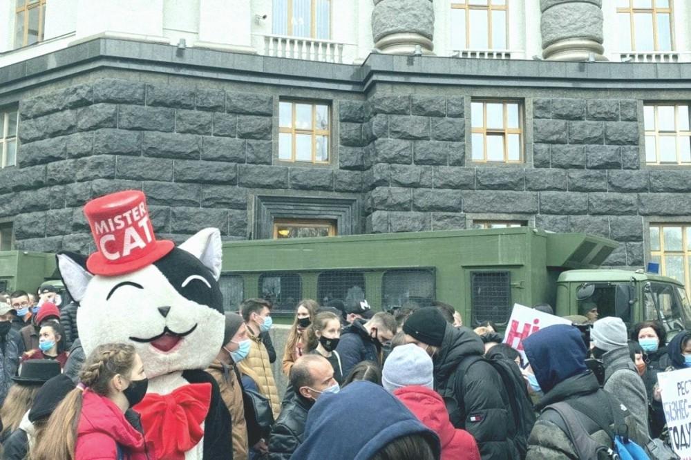 Рестораторы устроили под Кабмином масштабный митинг из-за карантина выходного дня. ФОТО
