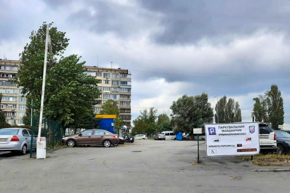 Возле двух станцией киевского метро появились перехватывающие парковки