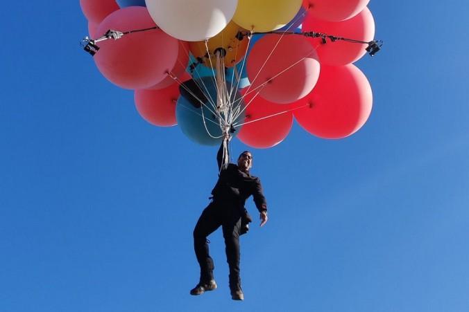 Иллюзионист Дэвид Блейн поднялся в небо на воздушных шарах. Видео
