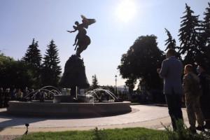 """В киевском парке """"Владимирская горка"""" появилась новая скульптура с фонтаном. Фото"""